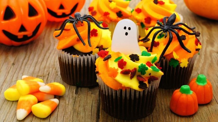 Halloween cupcakes and candy on wooden table | 15 Halloween Treat Ideas For Your Sweet Tooth | featured